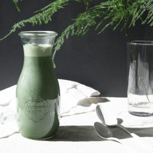 Blue-green spirulina milk